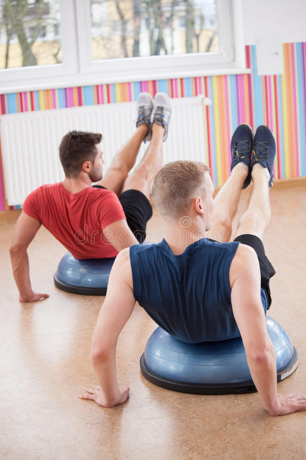 Homens durante o treinamento do equilíbrio foto de stock