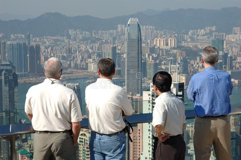Homens e a cidade commerical foto de stock royalty free
