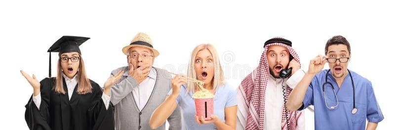 Homens e mulheres que fazem gestos chocados foto de stock