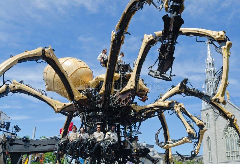 Homens e mulheres que operam uma aranha gigante Kumo em Ottawa