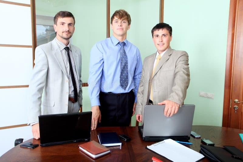 Homens em um escritório fotos de stock