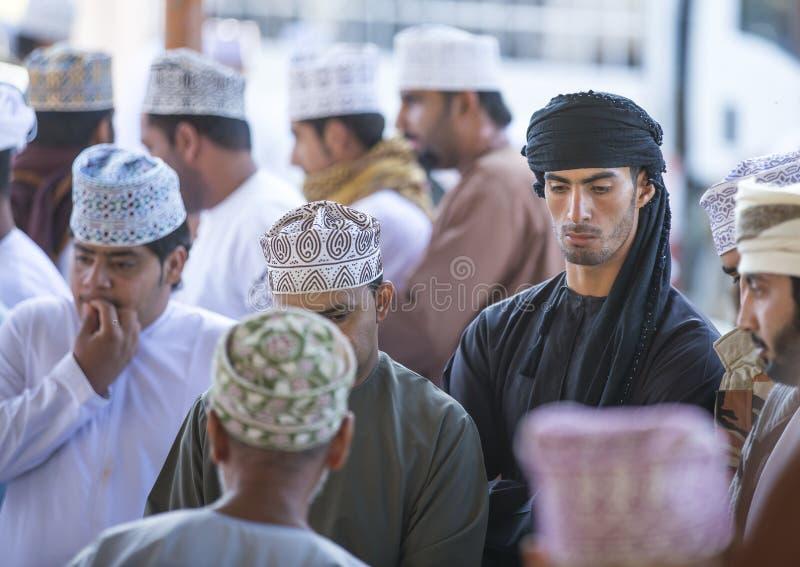 Homens em um mercado em Nizwa fotos de stock royalty free