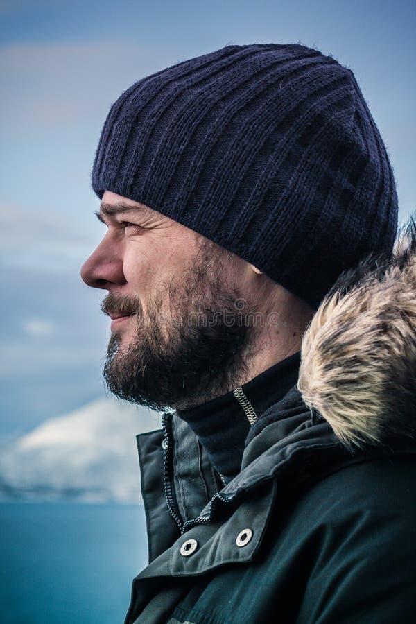 Homens farpados em um dia frio exterior na roupa do inverno fotos de stock royalty free