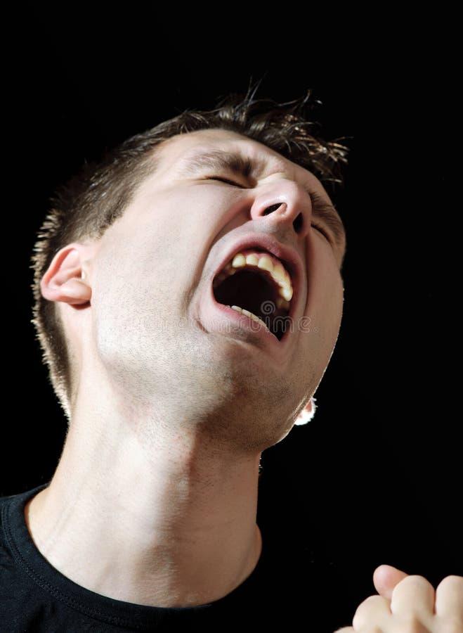 Homens gritando