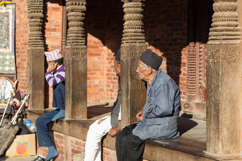 Homens idosos no quadrado de Kathmandu Durbar fotografia de stock