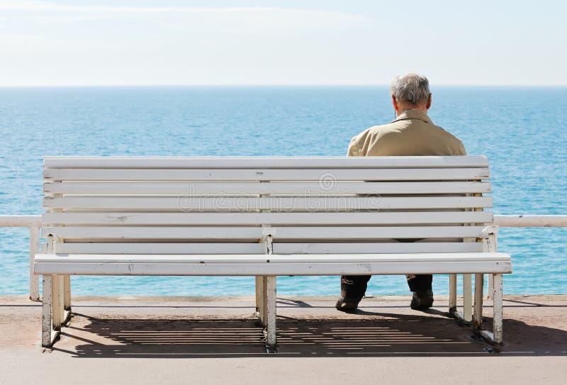 Homens idosos pelo mar. foto de stock royalty free
