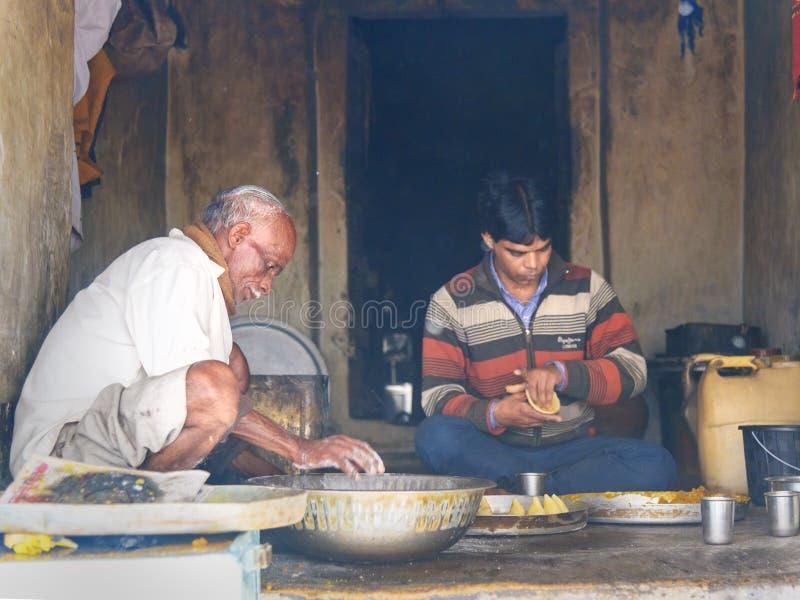 Homens indianos que preparam samosas com os ingredientes do vegetariano na rua na vila do lago Sambhar Rajasthan India fotos de stock royalty free