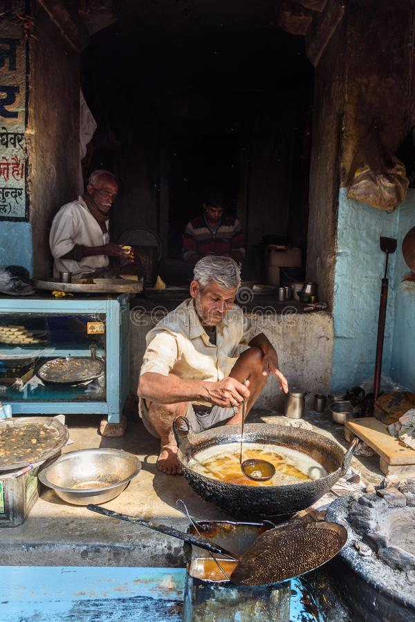 Homens indianos que preparam samosas com os ingredientes do vegetariano na rua na vila do lago Sambhar Rajasthan India imagens de stock royalty free