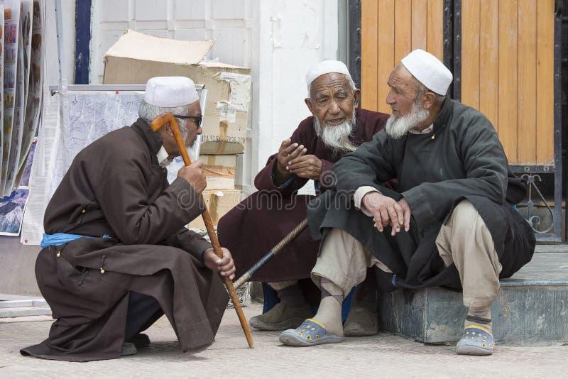 Homens muçulmanos indianos nas ruas em Leh, Índia imagem de stock royalty free