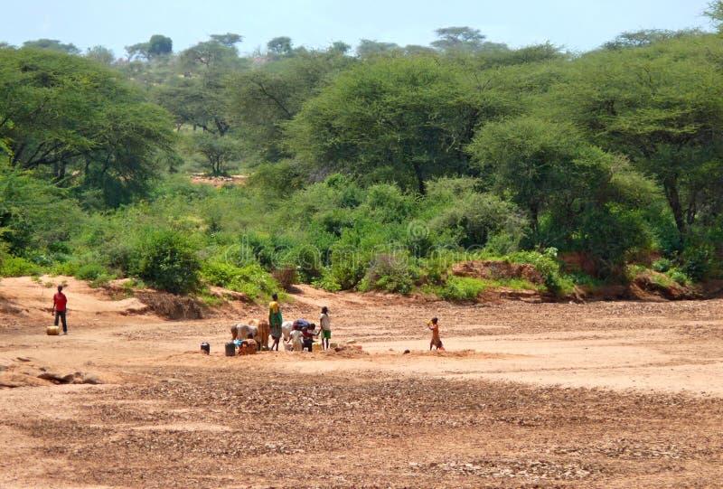 Homens, mulheres e e crianças do Kenyan carregadas. imagens de stock royalty free