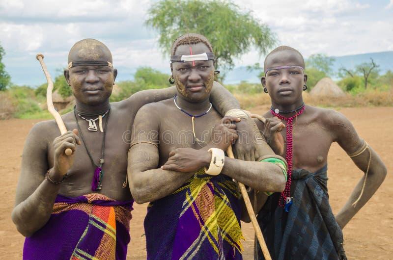 Homens não identificados do tribo de Mursi fotos de stock royalty free