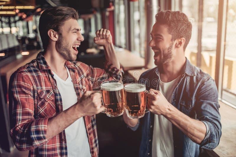 Homens na barra fotografia de stock