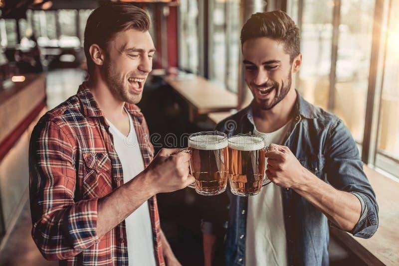 Homens na barra fotos de stock