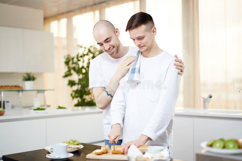 Homens na cozinha imagens de stock royalty free