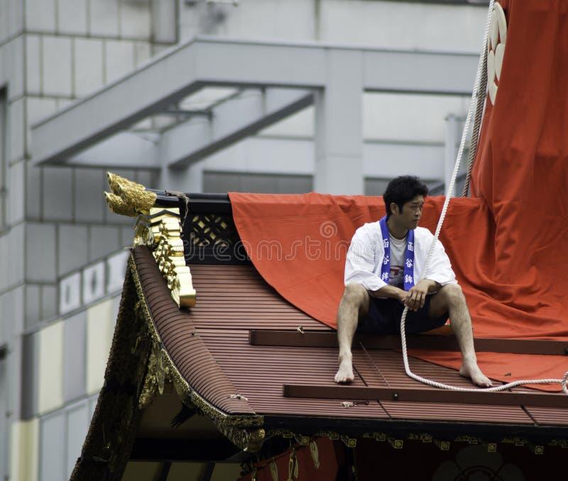 Homens na parte superior do flutuador durante Gion Matsuri fotos de stock