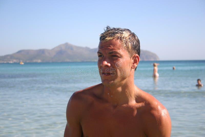 Homens na praia imagens de stock royalty free
