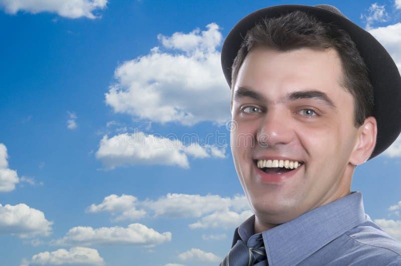 Homens no chapéu negro no céu azul imagem de stock royalty free