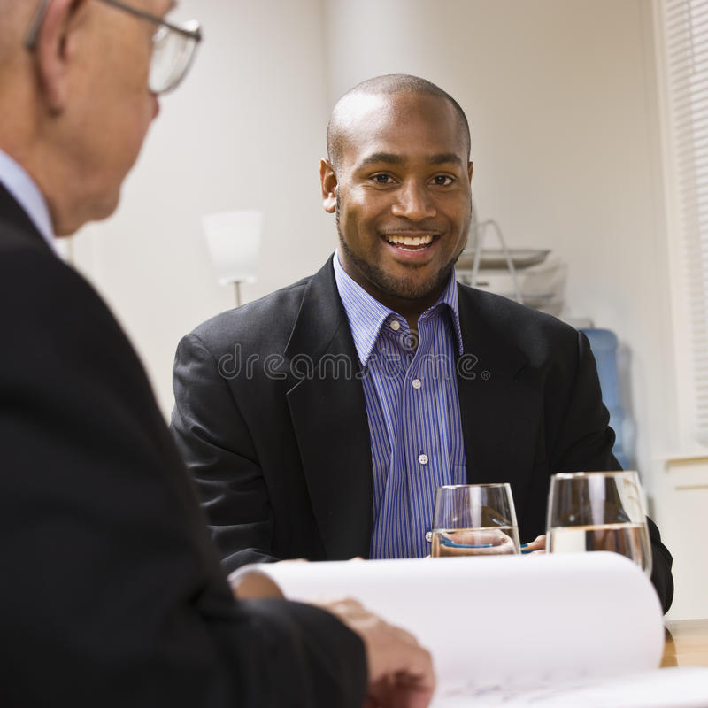 Homens no encontro no escritório foto de stock