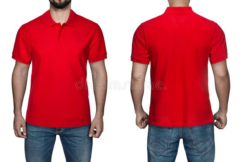 Homens no polo vermelho vazio, na parte dianteira e na vista traseira, fundo branco Projete o polo, o molde e o modelo para a cóp foto de stock royalty free