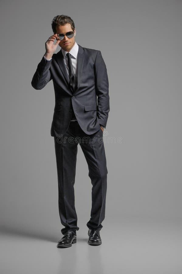 Homens no terno completo. Comprimento completo de homens de negócios novos seguros dentro imagens de stock royalty free
