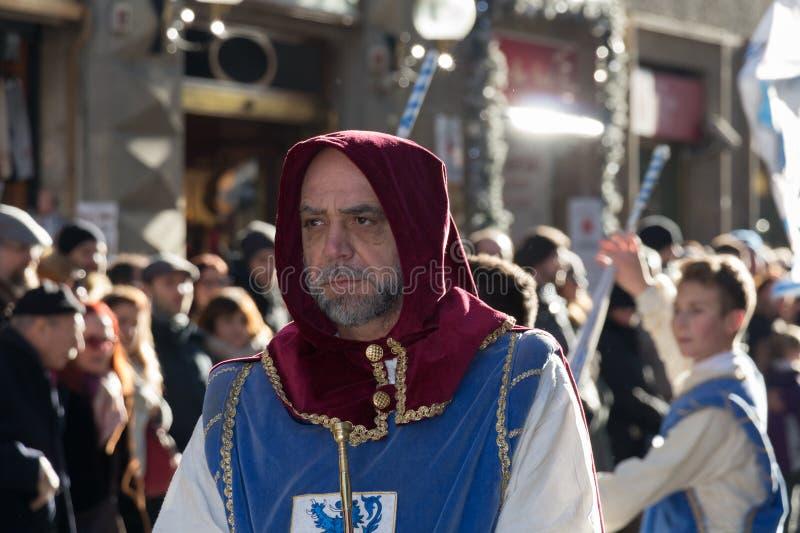 Homens no traje medieval na parada tradicional do festival medieval de Befana do esmagamento em Florença, Toscânia, Itália fotos de stock