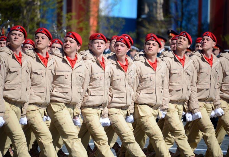 Homens novos do exército do ` militar-patriótico de Yunarmiya do ` do movimento do Todo-russo no quadrado vermelho durante o ensa imagens de stock royalty free