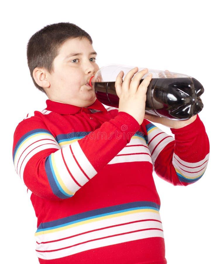 Homens novos que bebem a soda de um frasco plástico imagem de stock royalty free