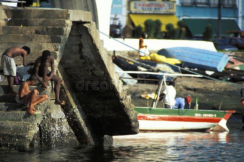Homens novos que lavam-se no porto, Salvador, Brasil imagens de stock