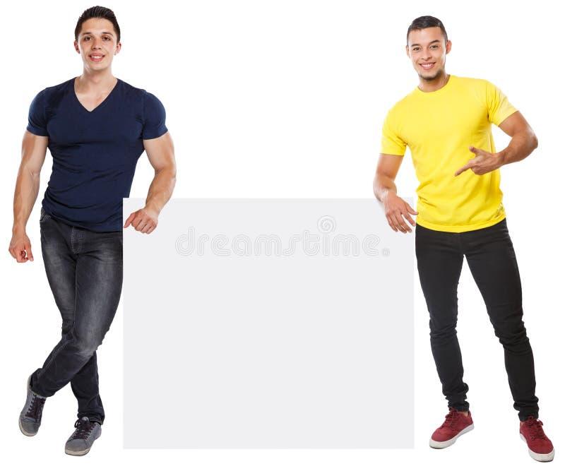 Homens novos que mostram apontando o anúncio de mercado do anúncio do copyspace sinal vazio vazio isolado no branco imagem de stock