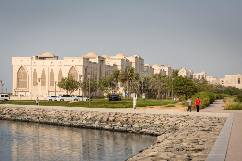Homens novos que movimentam-se perto de Salam Street Corniche, Abu Dhabi fotografia de stock royalty free