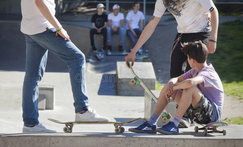 Homens novos que skateboarding foto de stock royalty free