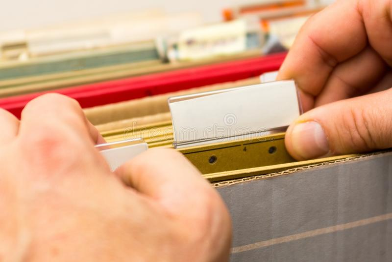 Homens que abrem o dobrador com originais imagem de stock