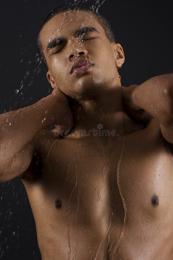 Homens que apreciam o chuveiro foto de stock