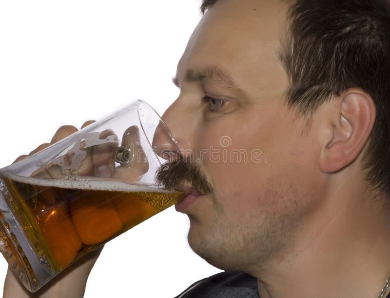 Homens que bebem a cerveja imagens de stock royalty free