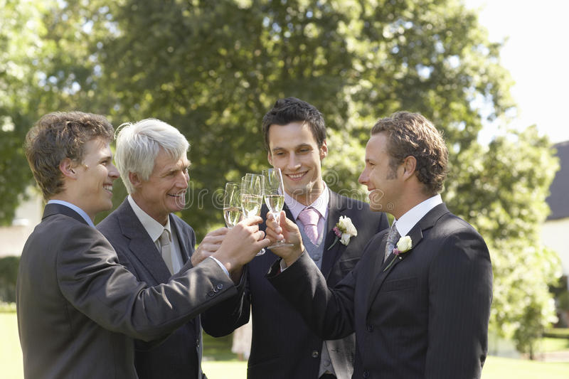 Homens que brindam Champagne Flutes At Wedding foto de stock royalty free