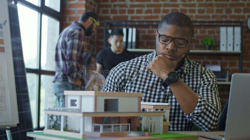 Homens que colaboram no projeto da casa nova foto de stock