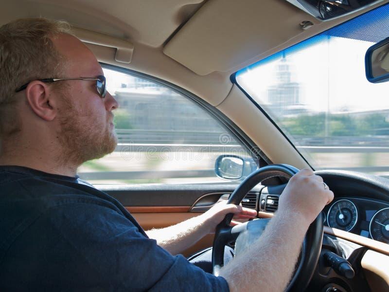 Homens que conduzem um carro foto de stock