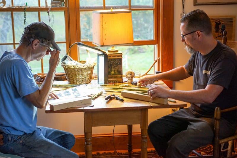 Homens que Crafting junto em casa imagem de stock