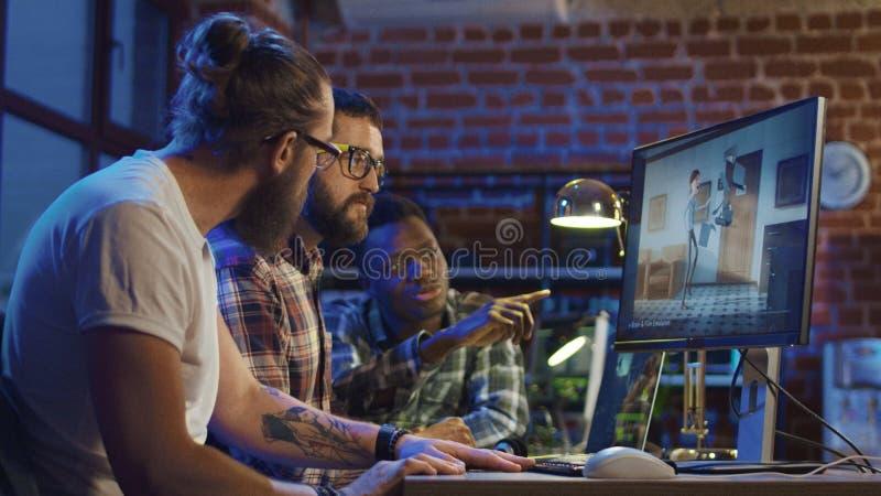 Homens que criam desenhos animados no computador foto de stock royalty free