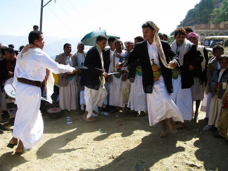 Homens que dançam com o Jambias na cerimônia de casamento, Sanaa, Iémen imagem de stock royalty free