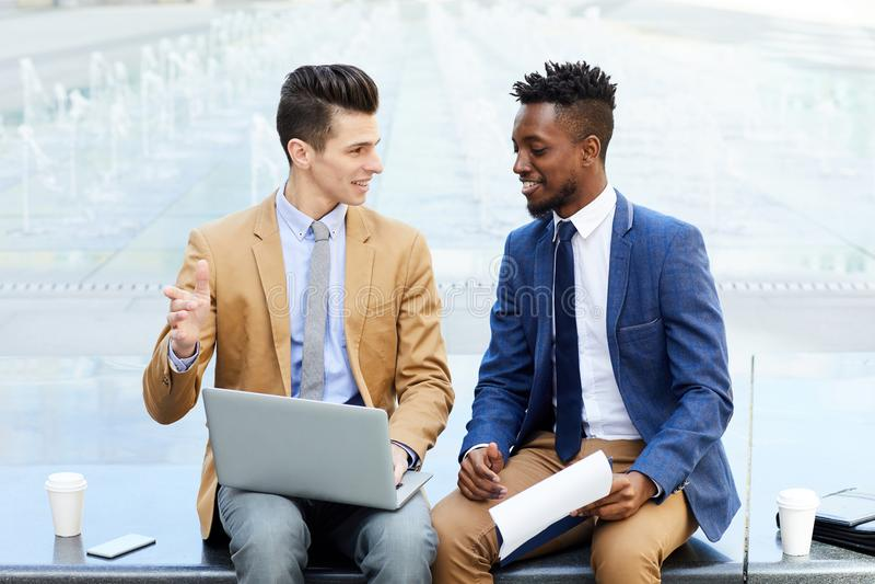 homens que discutem ideias imagens de stock