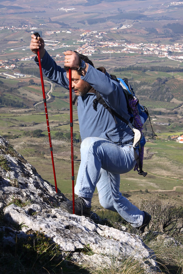 Homens que escalam na montanha de Montejunto foto de stock royalty free