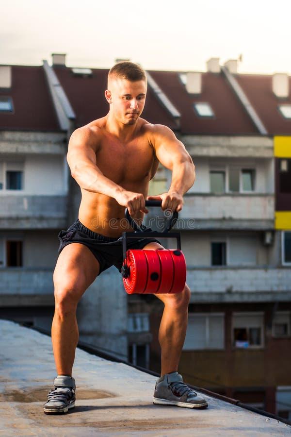 Homens que executam ocupas com o aumento do ombro no telhado foto de stock