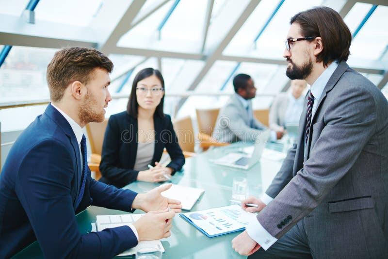 Homens que falam na conferência fotos de stock royalty free