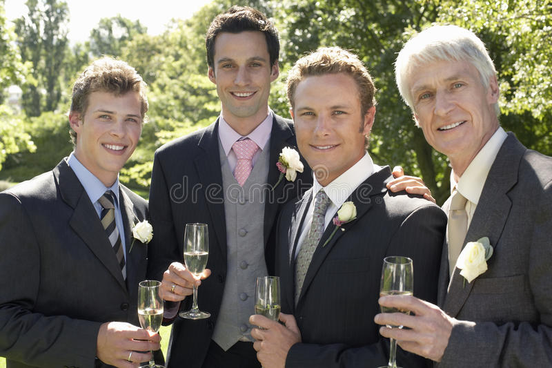 Homens que guardam Champagne Flutes At Wedding foto de stock royalty free