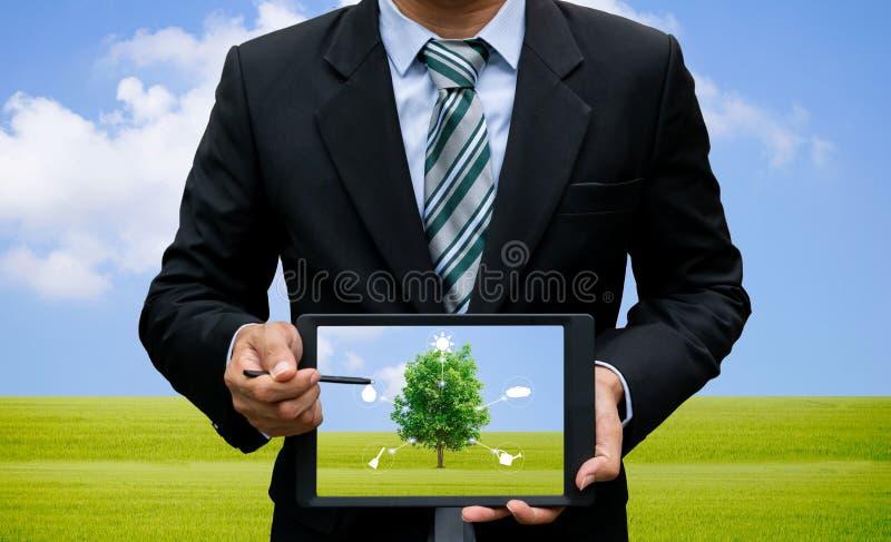 Homens que guardam o ambiente e a ecologia da tecnologia da tabuleta do tela táctil imagens de stock royalty free