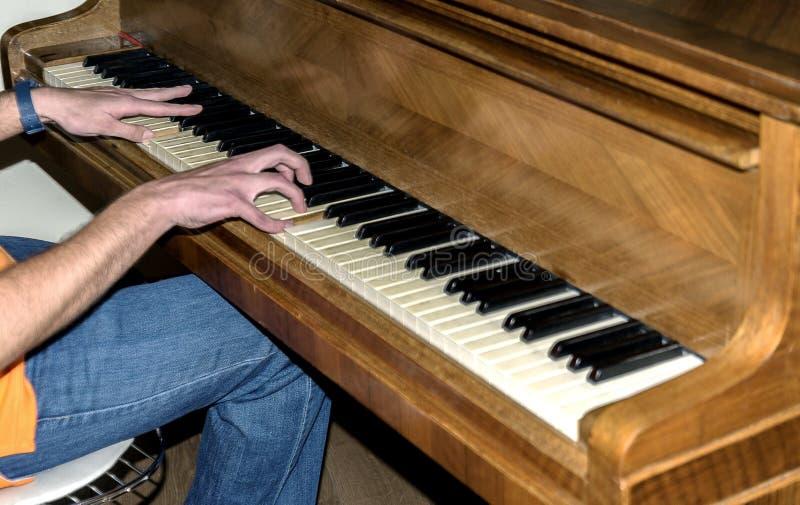 Homens que jogam o piano imagens de stock royalty free