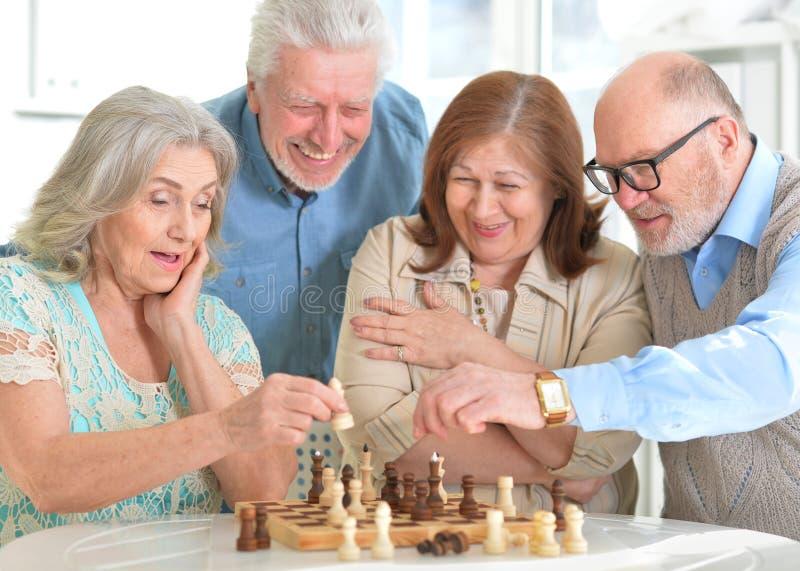 Homens que jogam a xadrez foto de stock