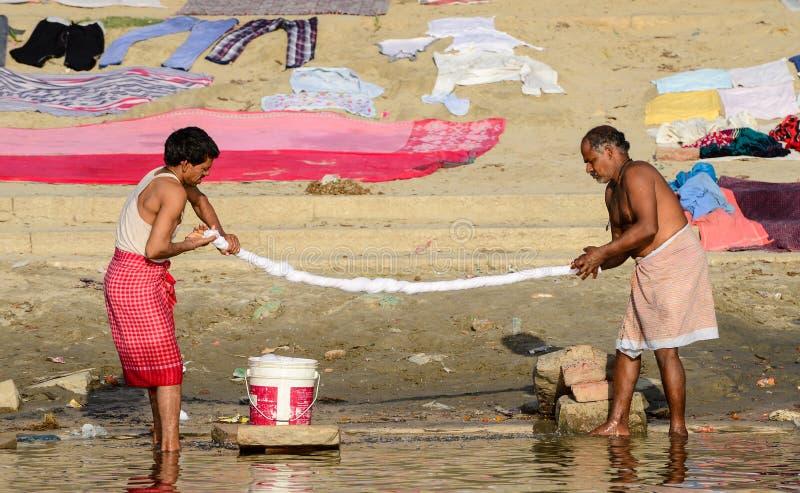 Homens que lavam a roupa nos ghats de Varanasi imagem de stock royalty free