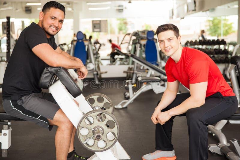 Homens que levantam alguns pesos no gym fotos de stock